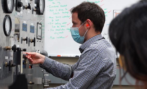 a student runs an experiment about energy use in a lab